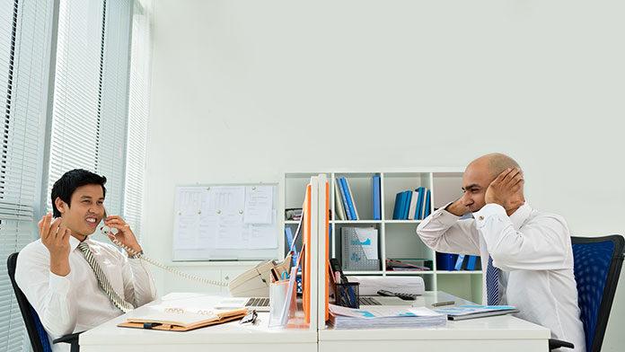 Praca w biurze: jak rozwiązać problemy z akustyką?